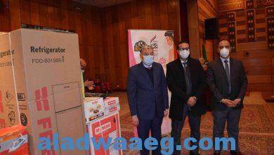 """صورة محافظ المنيا ، يسلم 26 جهاز عروسة للفتيات اليتيمات ، مقدمة من صندوق """"تحيا مصر"""