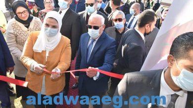 """صورة وزيرة التضامن ومحافظ بورسعيد يفتتحان """"كشك أخلاق"""" في بورسعيد"""