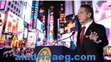 صورة لمطالبة بالتحقيق في تهم التحرش الجنسي ضد حاكم ولاية نيويورك