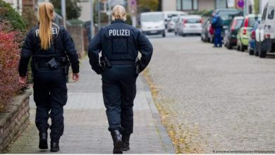 صورة محاكمة شرطيتين ألمانيتين هربتا وتركتا زميلا لهما أصيب بالرصاص