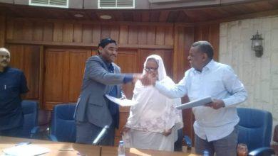 صورة وزير الصناعة يتسلم مهام الوزارة