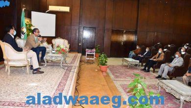 صورة محافظ الفيوم يتابع مع رؤساء المدن والقرى ومسئولى الاملاك ملف التقنين
