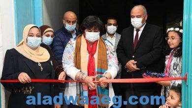 صورة وزيرة الثقافة ومحافظ قنا يفتتحان معرضا لمنتجات المرأة الريفية