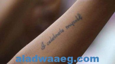صورة متظاهرة سودانية في الخرطوم تندد بالعنف المنزلي