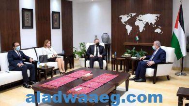 صورة السفير المصري بفلسطين ينقل رسالة تضامن مصرية لرئيس الوزراء الفلسطيني