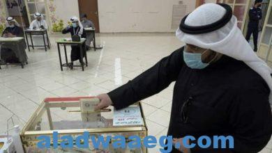 """صورة الكويت.. ناخب يهدي """"عقاله"""" لمرشح في الانتخابات التكميلية لمجلس الأمة"""