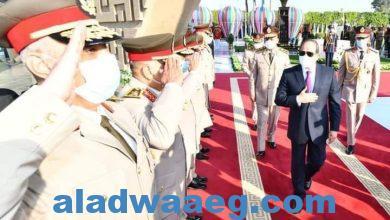 صورة السيسى يضع أكاليل من الزهور على قبر الجندى المجهول والزعيمن جمال عبد الناصر والسادات