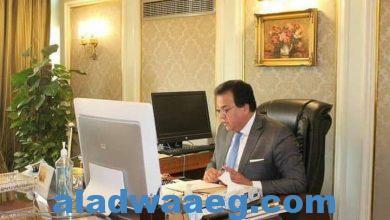 صورة وزير التعليم العالي يستعرض تقريرًا حول أنشطة صندوق رعاية المبتكرين والنوابغ .